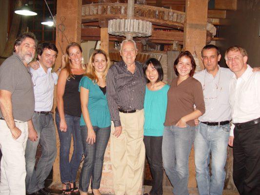 Da esquerda para a direita  Ivens Fontoura, Roger Rieger, Letícia Castro, Gisele Leiva, Nelson Ivan Petzhold, Claudia Ishikawa, Juliana Villacorta, Geraldo Pougy e Profº Másimo Della Justina, em 2010.